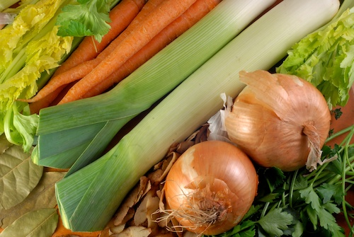 shows whole celery, carrots, leeks, onions, parsley, bay leaves, potato peels